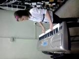 Света (на уроке синтезатора)